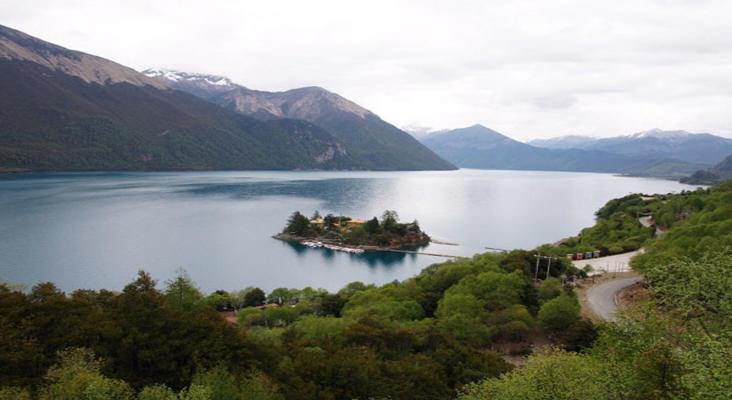 鲁布格深谷湖旅游景点风景